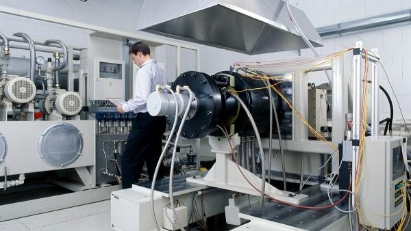 우리의 서비스 범위에는 앞에서 설명한 제품의 개발과 생산 이외에도 베어링 장비 강성 테스트, 사전 검증용 강성 테스트, 우주항공용 베어링의 진단과 수리가 포함됩니다.
